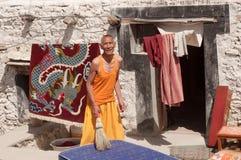 Älterer Mannmönch, der in traditionellem Tibetian-Kleid in Ladakh, Nord-Indien aufwirft Lizenzfreies Stockbild