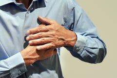 Älterer MannSchmerz in der Brust stockfotos