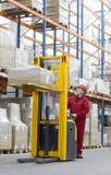Älterer manueller Gabelstaplerbediener im Lager lizenzfreies stockbild