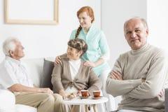 Älterer mit den Armen gekreuzt lizenzfreies stockbild
