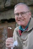 Älterer mit Eiscreme Lizenzfreie Stockfotografie