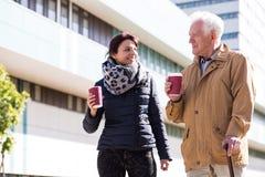 Älterer mit gehendem Steuerknüppel Lizenzfreie Stockfotografie