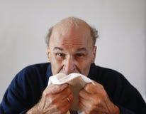 Älterer mit Grippe lizenzfreie stockbilder
