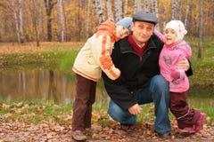 Älterer mit Kindern auf Weg Stockfotos