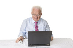 Älterer mit Laptop-Computer Stockbild