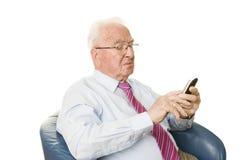 Älterer mit Smartphone Stockfotografie