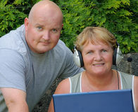 Älterer Muttersohn auf Laptop draußen Lizenzfreies Stockfoto