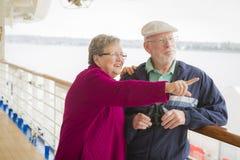 Älterer Paar-Anblick, der auf der Plattform eines Kreuzschiffs sieht Lizenzfreies Stockbild