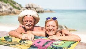 Älterer Paarurlauber, der echten Spaß auf tropischem Strand Koh Samuis in Thailand - Exkursionsausflug im exotischen Szenario hat lizenzfreies stockbild