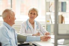 Älterer Patient an der Überprüfung lizenzfreie stockfotos