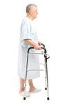 Älterer Patient, der einen Wanderer verwendet Stockfotos