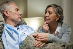 Älterer Patient am Krankenhaus mit besorgter Frau Lizenzfreie Stockfotos