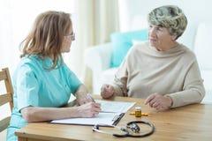 Älterer Patient mit einem Doktor lizenzfreies stockbild