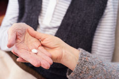 Älterer Patient mit Pillen Stockfotografie