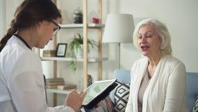 Älterer Patient spricht mit Neurologen und bespricht sich über Krankheitssymptome stock video