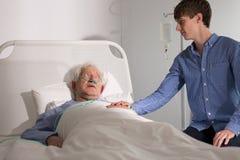Älterer Pflegeheimpatient mit Pflegekraft stockfoto
