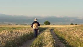 Älterer Pilger, der auf berühmten Pilgerfahrtweg von camino De Santiago, Spanien geht stock video