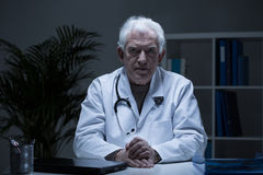 Älterer Praktiker in der Arztpraxis Lizenzfreie Stockfotos