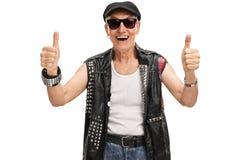 Älterer Punkrocker, der zwei Daumen aufgibt Stockfoto