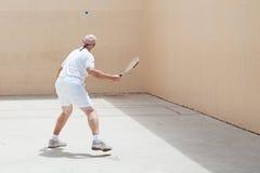Älterer Racquetball-Spieler lizenzfreie stockfotos