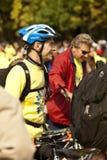 Älterer Radfahrer, der nach Wettbewerb stillsteht Stockbilder