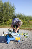 Älterer RC-Modellbauer und sein neues flaches Modell Lizenzfreie Stockbilder