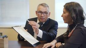 Älterer Rechtsexperte, der Inhalt des Prozesses erklärt, um Frau im Büro zu reifen stock video footage