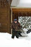 Älterer schaufelnder Schnee Stockbild
