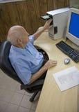 Älterer am Schreibtisch Stockfoto