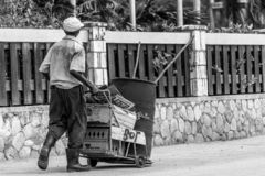 Älterer schwarzer Mann, der Wagen in der Straße drückt lizenzfreie stockfotos