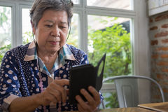 Älterer Senior, der soziales und Lebensstilnachrichten mit APP in MO überprüft Lizenzfreie Stockbilder