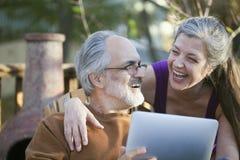 Älterer Spaß mit einem Tablette PC Stockfotografie