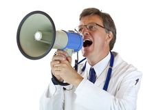 Älterer stattlicher Doktor schreit laut im Megaphon stockbilder