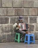 Älterer Straßen-Musiker Playing das Akkordeon Lizenzfreie Stockbilder
