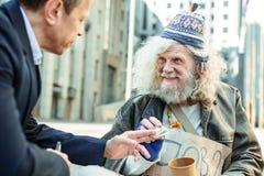Älterer Straßenmusiker, der dankbar sich fühlt stockfotos