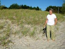 Älterer am Strand Lizenzfreie Stockfotos