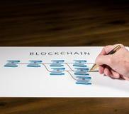 Älterer Technologe, der auf blockchain Illustration zeigt Lizenzfreie Stockfotografie