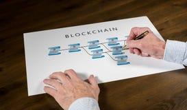 Älterer Technologe, der auf blockchain Illustration zeigt Lizenzfreies Stockbild
