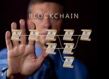 Älterer Technologe, der Hand bis zu blockchain Illustration hält Lizenzfreie Stockfotos