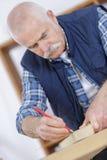 Älterer Tischler bei der Arbeit Stockfotos