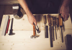 Älterer Tischler, der in seiner Werkstatt arbeitet stockbild