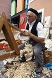 Älterer Tischlermann, der das Holz bearbeitet Lizenzfreies Stockbild