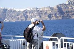 Älterer Tourist auf einem Schiff lizenzfreies stockbild