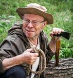 Älterer touristischer Mann mit Axt lizenzfreie stockfotos
