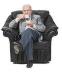 Älterer trinkender Kaffee stockbild
