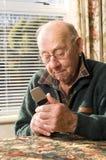 Älterer und Telefon Stockbild
