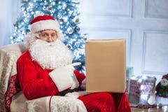 Älterer Vater Christmas ist zum Gruß bereit Stockfotografie