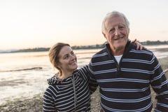 Älterer Vater mit erwachsener Tochter in Meer lizenzfreie stockfotografie