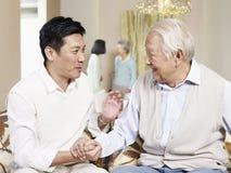 Älterer Vater- und Erwachsensohn stockfoto