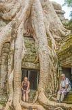 Älterer Vater und Tochter in Angkor Wat Komplex stockbild